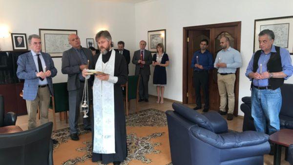 КИЇВ. Священик Української Православної Церкви відправив панахиду за загиблими під час стихійного лиха в Греції