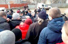 «У неділю ані ми, ані ви не будете в церкві» — прихильники «ПЦУ» намагалися захопити храм УПЦ на Буковині